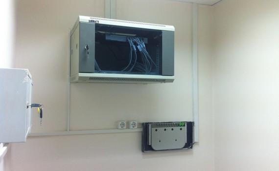 Телекоммунитационный шкаф в офисе